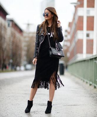 stylista blogger black skirt fringe skirt black t-shirt leather jacket ankle boots all black everything