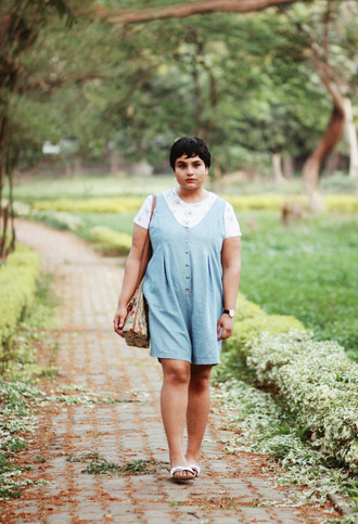 dress plus size dress curvy plus size denim dress blue dress sleeveless sleeveless dress t-shirt dress over t-shirt shoes slide shoes white shoes bag printed bag short hair