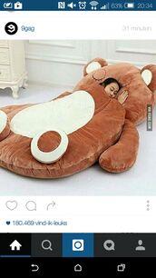 home accessory,giant teddy bear,sleeping bag,teddy bear,bear,lazy day,cozy,bean bag,bedding,bag