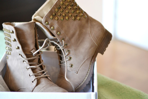 shoes boots beige marron studs studded studded shoes lace lace boots soes clous bottes