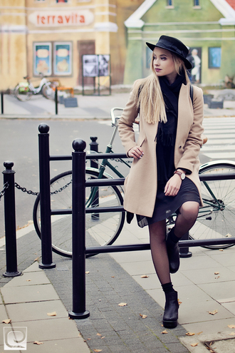 juliette jakubowska blogger camel coat black hat