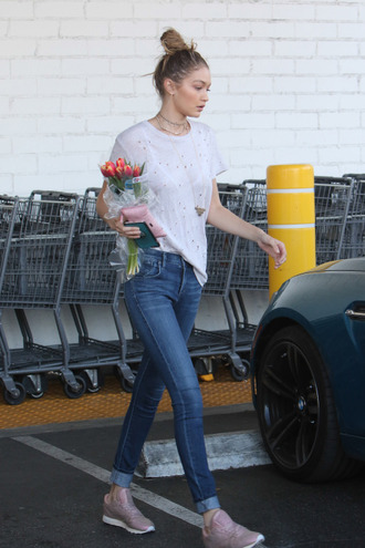 top t-shirt sneakers jeans gigi hadid skinny jeans model off-duty streetstyle shoes