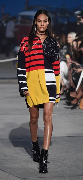 shirt joan smalls model runway oversized tommy hilfiger