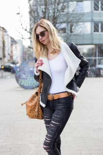 blogger sunglasses ripped jeans black jeans leather perfecto fuzzy coat leather bag beige belt