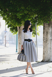 hallie daily,blogger,belt,medium-size belt,midi skirt,polka dots,handbag,grey skirt,retro,Pin up