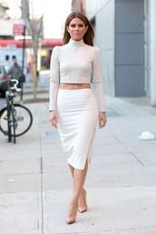 skirt,pencil skirt,maria menounos,crop tops,nude high heels,pumps,shoes