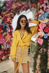 skirt,ruffle,mini skirt,shirt,chain,sunglasses