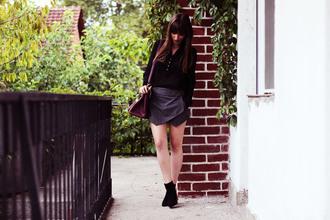 blouse black shirt striped skirt skorts bag shirt ankle boots grey skort chic black ankle boots plum handbag