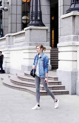 katiquette blogger jacket sweater shoes jewels denim jacket grey jeans white sneakers white top