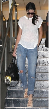 jeans,ripped jeans,kendall jenner,bag,sandals,jewels,keychain
