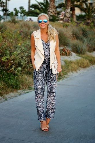 b soup blogger jumpsuit print vest perfecto mirrored sunglasses spring outfits