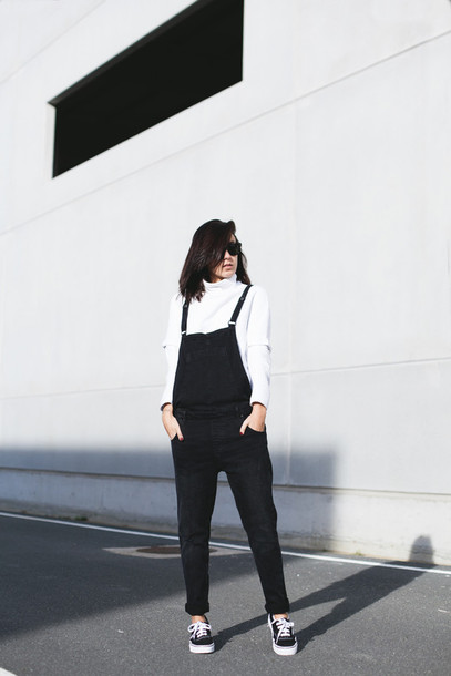 lucitisima blogger overalls black and white vans outfits pants dungarees black overalls turtleneck white top fall outfits back to school sunglasses black sunglasses white turtleneck top