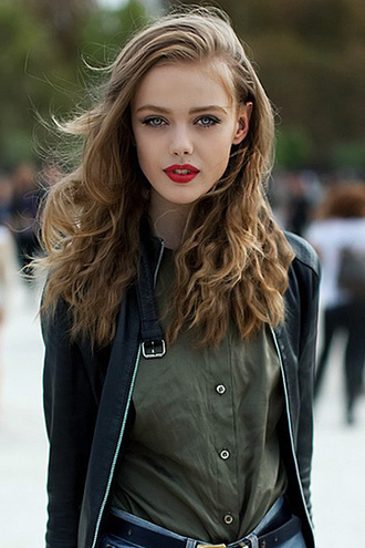 blouse khaki brunette hairstyles red lipstick