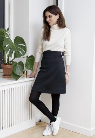 by funda blogger black skirt turtleneck stan smith gloves