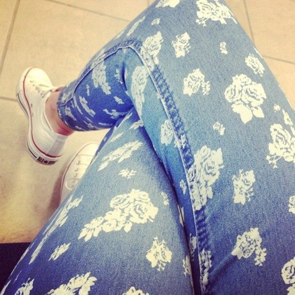 jeans floral blue white flowers skinny jeans style converse white flowers blue jeans clothes printed jeans printed pants