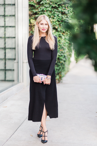 modern ensemble blogger skirt shoes make-up jewels long sleeves black top black skirt slit skirt black heels