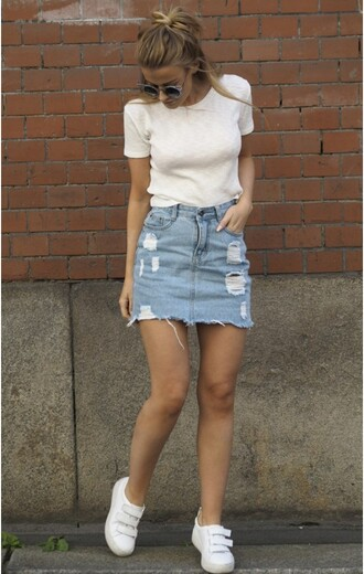 skirt frayed denim skirt frayed skirt denim skirt ripped skirt blue skirt t-shirt white t-shirt sneakers white sneakers summer outfits