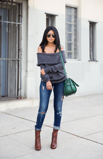 walk in wonderland blogger off the shoulder sweater grey sweater ripped jeans green bag