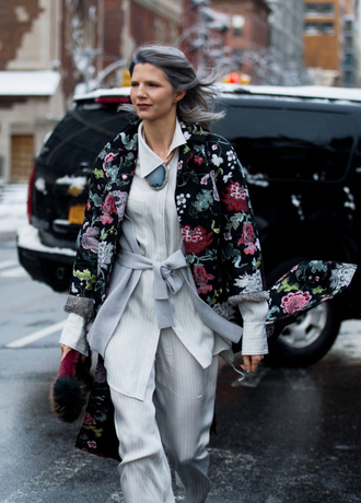 coat tumblr nyfw 2017 streetstyle printed coat fashion week 2017 fashion week pants white pants wide-leg pants top white top floral floral coat bag furry bag winter outfits winter look