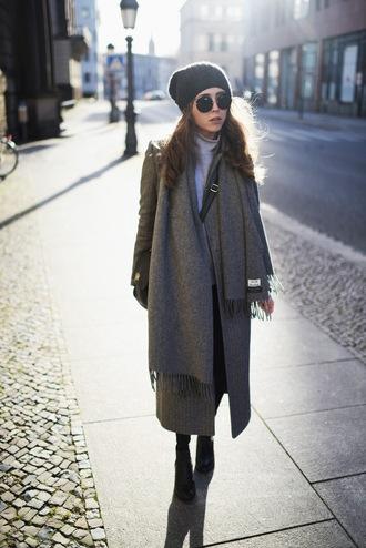 jestem kasia blogger coat sunglasses bag shoes hat jewels beanie grey coat crossbody bag boots winter outfits