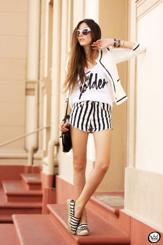 fashion coolture blogger t-shirt shorts sunglasses black and white stripes flats