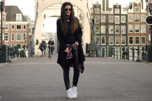 satisfashion blogger leather leggings high top sneakers