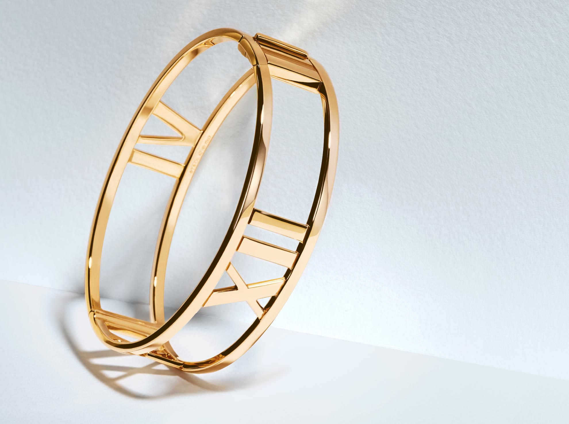 Atlas™ hinged bangle in 18k rose gold, medium.              