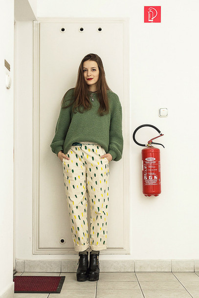 iemmafashion blogger green sweater printed pants sweater pants shoes jewels make-up