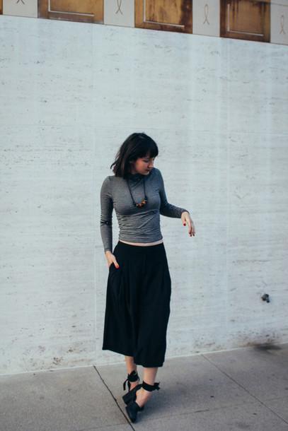 the stylish wanderer blogger grey sweater black shoes shirt shoes jewels