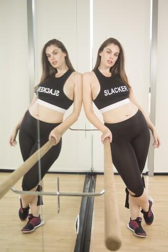 leggings chloe marshall model curvy plus size black leggings top crop tops black crop top sports bra sportswear snapback black sneakers