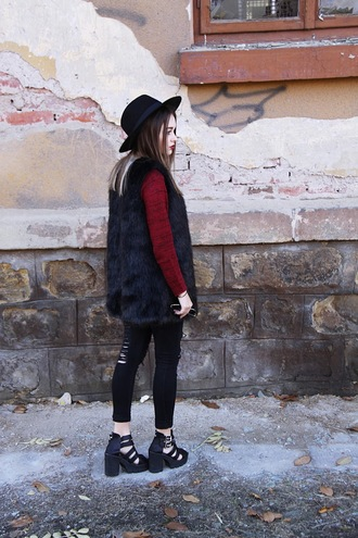 lila janowska blogger burgundy sweater faux fur vest cut out shoes chunky boots cut out ankle boots black ripped jeans cropped jeans black hat fedora winter swag fall outfits black fur vest