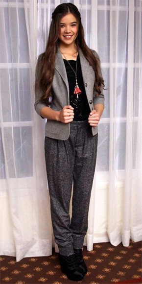 red carpet pants outfit blazer hailee steinfled shiny pendant necklace harem pants chic