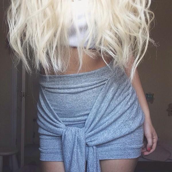 skirt cute skirt sweater tie blond hair curls white crop tops grey