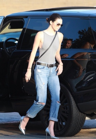 jeans top kendall jenner boyfriend jeans pumps sunglasses bodysuit grey