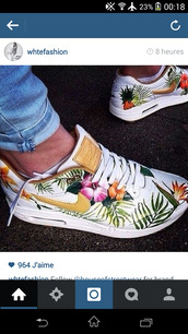 shoes,nike flower sneakers,floral,tropical,nike shoes,low top sneakers,nike air max 1