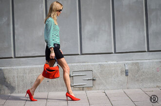 look de pernille blogger t-shirt skirt shoes bag sunglasses classy red heels