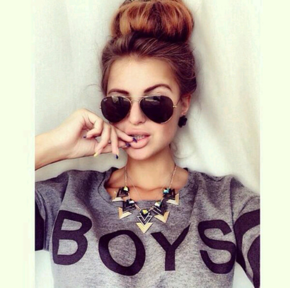 sunglasses rayban black gold raybans rayban sunglasses sweater ray bans ray ban ray ban sunglasses black sunglasses jewels necklace sexy sweaters cute sweaters grey t-shirt boys jewelry gold jewelry gold necklace triangle necklace sunglasses ray ban clothes
