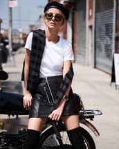skirt,tumbr,mini skirt,black skirt,leather,leather skirt,t-shirt,white t-shirt,sunglasses,beret,hat