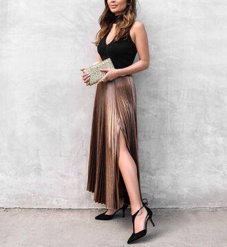 skirt tumblr gold skirt slit skirt pleated pleated skirt metallic pleated skirt metallic high heels heels black heels top black top choker top metallic clutch clutch party outfits holiday season