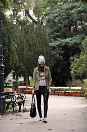 juli juli,blogger,t-shirt,jacket,bag,fall outfits,khaki,vans outfits,vans,sneakers,black sneakers,low top sneakers,beanie,grey beanie,parka,army green jacket,black leggings