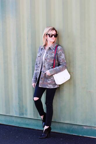 kim tuttle the knotted chain - a style blog by kim tuttle blogger jacket coat top pants bag shoes camo jacket white bag skinny jeans