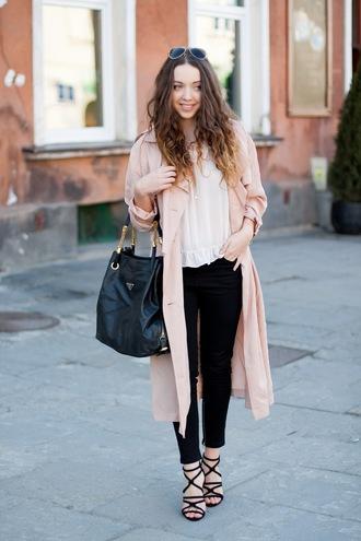 kolorowa dusza blogger pink coat trench coat white blouse black bag