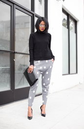 walk in wonderland,blogger,polka dots,grey sweatpants,turtleneck,black sweater,mirrored sunglasses,top,pants,bag,shoes,sunglasses,polka dot pants,grey pants,pumps,high heel pumps,black pumps