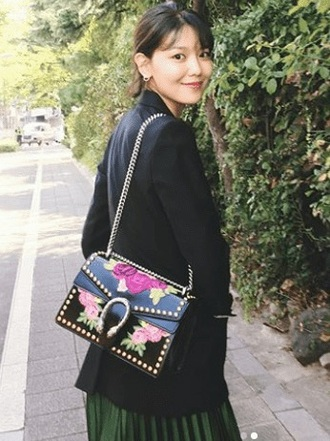 bag purple sooyoung royal purple deep purple floral flowers stud gold stud gold black leather designer bag shoulder bag crossbody bag black bag leather bag choi sooyoung snsd girls generation k-pop kpop kfashion asian fashion south korea south korean embroidered