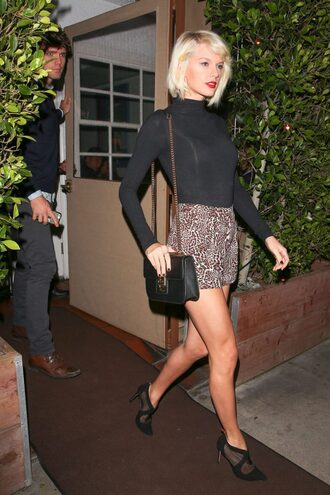 shorts top pumps taylor swift spring outfits spring animal print turtleneck bodysuit