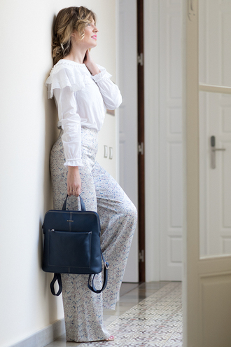 mi aventura con la moda blogger bag blouse pants white blouse backpack spring outfits