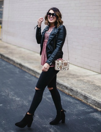 life & messy hair blogger top bag sunglasses jacket leather jacket ankle boots black jeans winter outfits