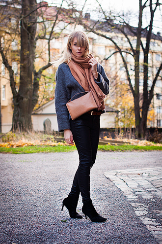 chaloth blogger jacket scarf fall outfits clutch bag pants shoes