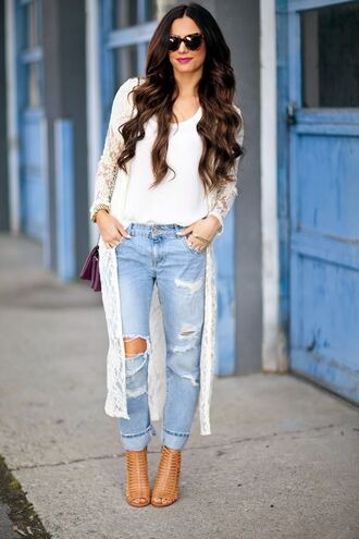 jeans white shirt white cardigan distressed denim jeans brown sandals blogger sunglasses