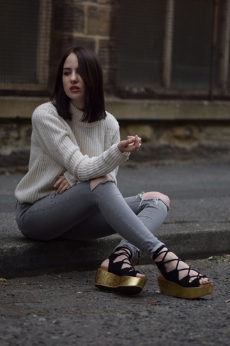 shot from the street blogger flatforms platform shoes gold shoes flat sandals grey jeans beach shoes
